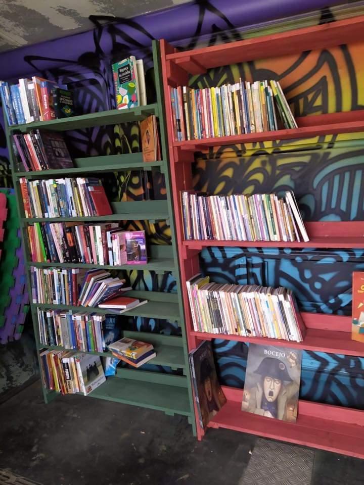 O ônibus biblioteca conta atualmente com cerca de 400 livros